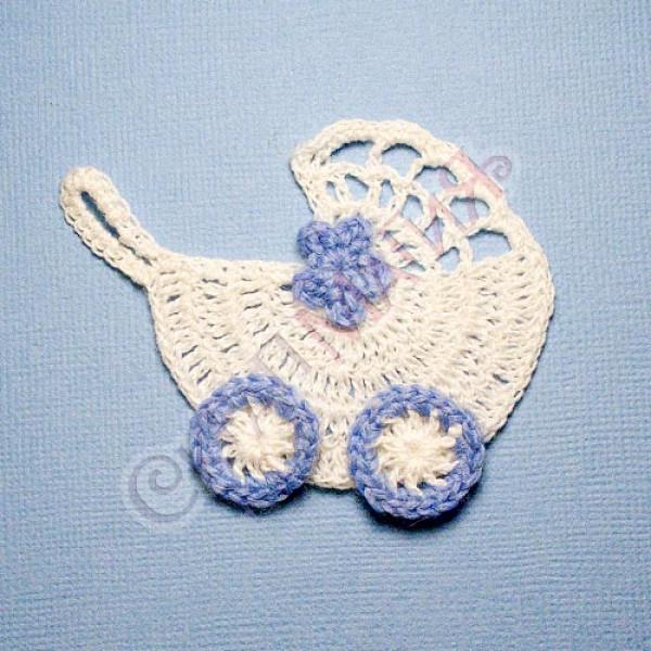 Вязанная коляска белая с голубым цветком-2 6,5х6 см 1 шт.